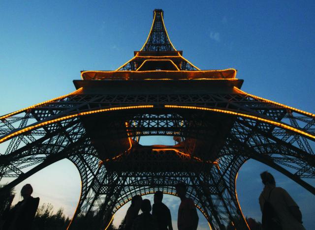 Na archívnej snímke Eiffelova veža v Paríži