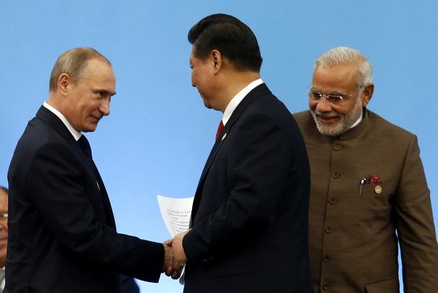 Na snímke z ľava ruský prezident Vladimir Putin, čínsky prezident Si Ťin-pching a indický premiér Naréndra Módí