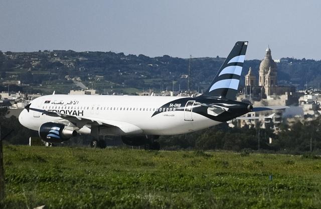 Na snímke unesené lietadlo líbyjskej spoločnosti Afriqiyah Airways, ktoré pristálo na letisku na Malte 23. decembra 2016.  Únosca tvrdí, že má pri sebe granát, informoval denník Times of Malta. Vnútroštátny let líbyjskej spoločnosti Afriqiyah Airways pôvodne smeroval z mesta Sabhá do tamojšej metropoly Tripolis