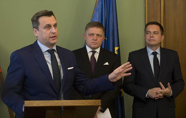 Na snímke zľava predseda parlamentu SR Andrej Danko (SNS), premiér SR Robert Fico a minister financií SR Peter Kažimír (obaja Smer-SD)