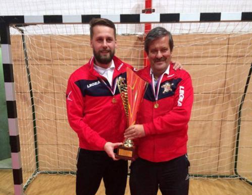 Dvojica trénerov Marián Dlobík (prvý zľava) a vedľa neho Ladislav Németh (druhý tréner a zároveň manager družstva ŠKF VIX ŽILINA