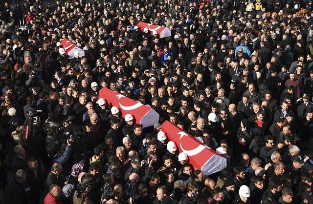 Ľudia nesú truhly s pozostatkami policajtov, ktorí zahynuli počas bombových útokov pred futbalovým štadiónom miestneho klubu Bešiktaš, 11. decembra 2016 v Istanbule. Zodpovednosť za sobotňajšie bombové útoky v centre Istanbulu, ktoré si vyžiadali 38 obetí na životoch a 155 zranených, sa prihlásila militantná skupina Sokoli oslobodenia Kurdistanu (TAK)