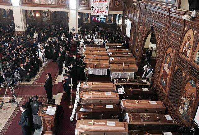 Egypt sa lúči s obeťami útoku na koptský chrám