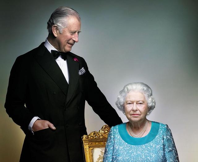 Buckinghamský palác zverejnil oficiálnu portrétnu fotografiu britskej kráľovnej Alžbety II. a jej syna princa Charlesa (na snímke) pri príležitosti ukončenia roka, v ktorom panovníčka oslávila svoje 90. narodeniny v Londýne 18. decembra 2016.Záber vytvoril módny fotograf Nick Knight pred posledným večerom osláv počas kráľovskej jazdeckej šou v máji