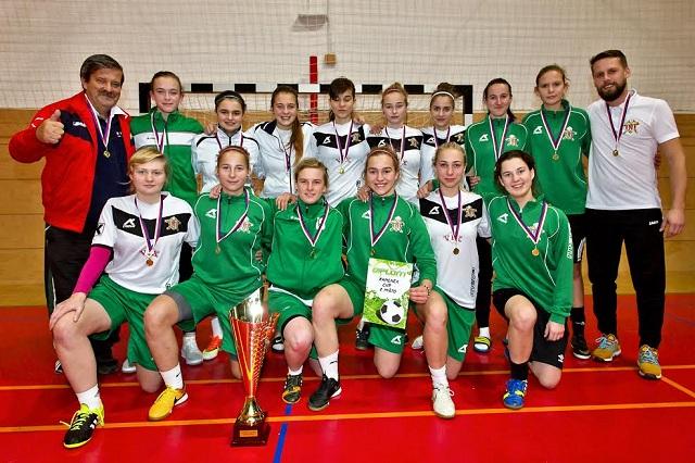 Víťazné družstvo ŠKF VIX Žilina v klasickej podobe. Všetky hráčky pózujú tradične vo dvoch radoch