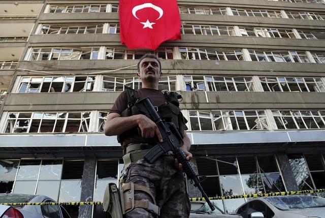 Na archívnej snímke príslušník špeciálnych síl tureckej polície