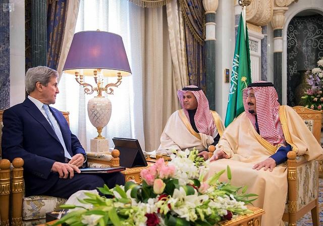 Šéf diplomacie USA John Kerry sa stretol so saudskoarabským kráľom Salmánom (vpravo)
