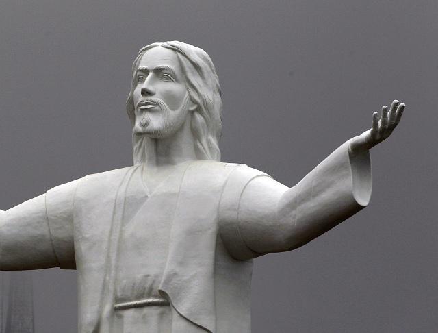 Na archívnej snímke socha Ježiša Krista  v peruánskej metropole Lima