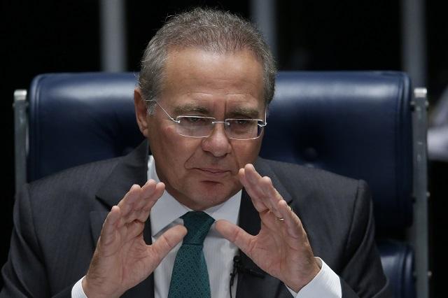 Na archívnej snímke predseda hornej komory brazílskeho parlamentu Renan Calheiros