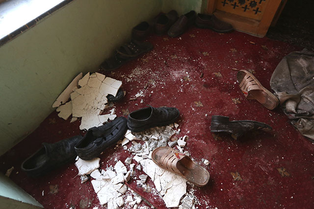 Topánky obetí sú na koberci v dome afganského poslanca Míra Valího po útoku bojovníkov hnutia Taliban na dom afganského poslanca v hlavnom meste Kábul