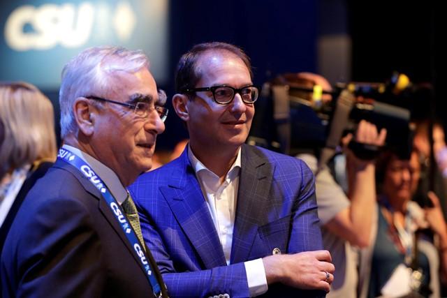 Na snímke nemecký minister dopravy Alexander Dobrindt (vpravo) a bývalý nemecký minister financií Theo Waigel