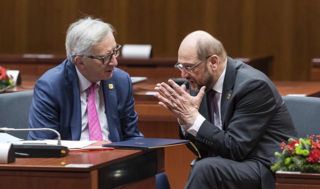 Predseda Európskeho parlamentu Martin Schulz (vpravo) sa rozpráva s predsedom Európskej komisie Jeanom-Claudeom Junckerom