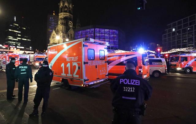Na snímke sanitky prichádzajú po tom, čo nákladné auto vbehlo na preplnené vianočné trhy 19. decembra 2016 v Berlíne