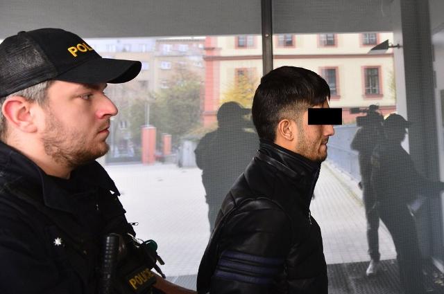 Na snímke policajt doprevádza 19-ročného Afgánca, syna bývalého tlmočníka pre českú armádu, ktorý sa pokúsil znásilniť zdravotnú sestru v českej nemocnici