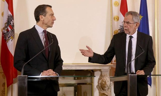Rakúsky kancelár Christian Kern (vľavo) a novozvolený rakúsky prezident Alexander van der Bellen