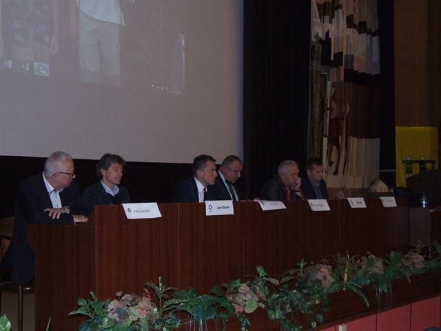 Pohľad na pracovné predsedníctvo Konferencie ZsFZ. Zľava: Juraj  Jánošík, Ing. Jozef Kliment, Ing.Peter Kováč, Mgr.Pavol Šípoš, Ján Panák, Peter Jaška
