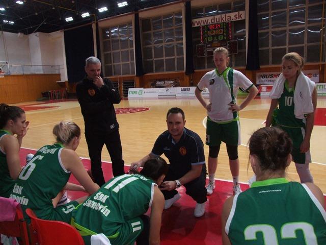 Basketbalistky ŠBK Šamorín majú za cieľ prebojovať sa do play off. Podmienkou je však umiestnenie do 4.miesta po základnej časti. Na vyššie méty zatiaľ na Žitnom ostrove nepomýšľajú.  Na snímke vidieť ako pozorne sledujú basketbalistky Šamorína výklad svojho trénera Tibora Kačmarika (na snímke kľačiaci v podkľaku ) pred stretnutím v Banskej 11.kola v Banskej Bystrici, v ktorom zvíťazili bez väčšieho vypätia síl.