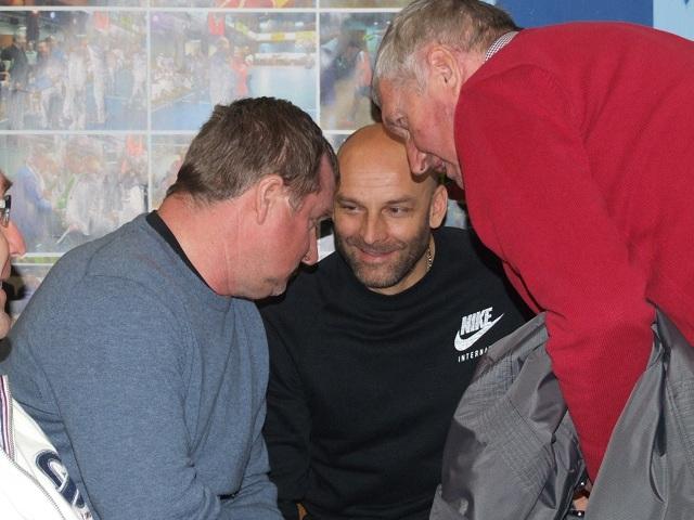 Ako posledný zavítal na trénerský Work shope medzi trénerov aj Anton Dragúň (na snímke prvý sprava)  v červenom svetri, ktorý si mal čo povedať s oboma trénermi Adriánom Guľom (uprostred) a Pavlom Vrbom (na snímke prvý zľava)