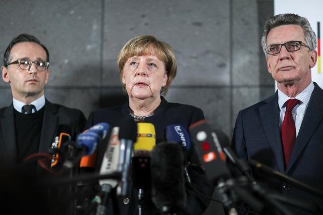 Na snímke nemecká kancelárka Angela Merkelová (uprostred), nemecký minister vnútra Thomas de Maiziere (vpravo) a nemecký minister spravodlivosti  Heiko Maas