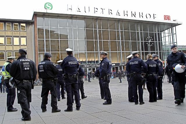 Na snímke nemeckí policajti hliadkujú pred hlavnou stanicou v Kolíne nad Rýnom 6. januára 2016 po tom, čo  sa silvestrovské oslavy zvrhli na masové obťažovanie žien