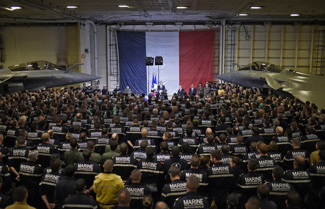 Na snímke francúzsky prezident Francois Hollande pri prejave francúzskym námorníkom a letcom počas návštevy lietadlovej lode Charles de Gaulle v Stredozemnom mori