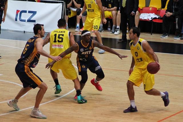 Basketbalisti spod Tatier boli vyrovnaným súperom žlto-čiernych do 35.min., kedy domáci prevzali opraty zápasu pevne do svojich rúk. Na snímke vidieť jeden z útočných signálov na kôš Iskry Svit, kde trojica basketbalistov Interu Bratislava Bulatovič (10), Páleník (15) a Vlahovič pri lopte kombinačne a napokon strelecky zakončila svoju strojovú akciu. Na snímka zľava v tmavom drese vidieť čerstvú posilu Svitu Javiera Gonzalesa, reprezentanta z Portorika a uprostred brániaceho ukrajinského legionára Shoutvina (6) v drese Svitu.
