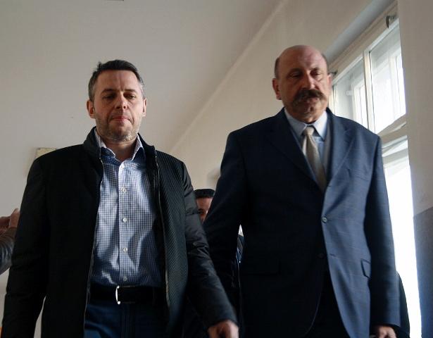 Na snímke obvinený Vladimír J. (vľavo) a  advokát Ľubomír Hrežďovič