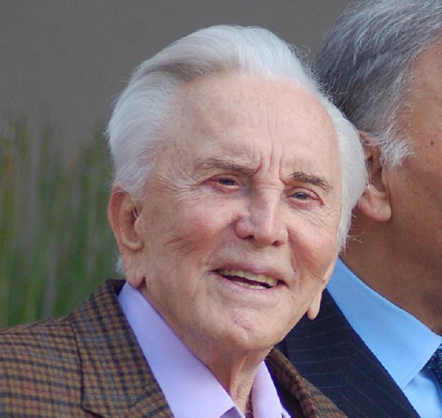 Na snímke bývalý herec Kirk Douglas, ktorý oslavuje 100 rokov