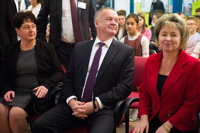 Na snímke vľavo predsedníčka Celoštátnej slovenskej samosprávy v Maďarsku (CSSM) Alžbeta Račková Hollerová a vpravo riaditeľka školy Júlia Marloková a prezident Andrej Kiska
