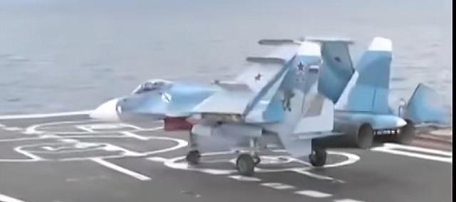 Na snímke z videa lietadlo na palube lode Admirál Kuznecov