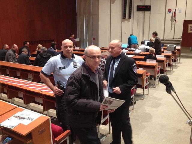 Na snímke aktivista Karol Labaš pri rozhovore s náčelníkom MsP Palčíkom, v ktorom ho žiadal o odstránenie politických materiálov.
