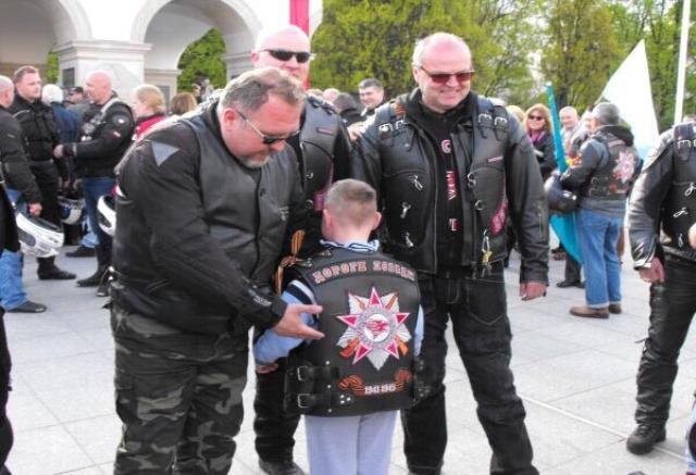 Na snímke členovia klubu darovali motorkársku vestu budúcemu členovi