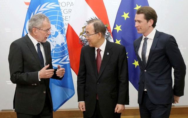 Na snímke šéf rakúskej diplomacie Sebastian Kurz (vpravo), generálny tajomník OSN Pan Ki-mun a novozvolený rakúsky prezident Alexander Van der Bellen