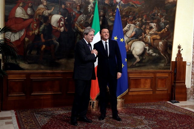 Odstupujúci taliansky premiér Matteo Renzi (vpravo) víta dezignovaného talianskeho premiéra Paola Gentiloniho