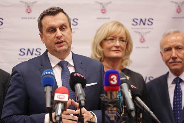 Na snímke zľava predseda Slovenskej národnej strany (SNS) Andrej Danko, podpredsedníčka SNS Eva Smolíková a podpredseda SNS Štefan Zelník