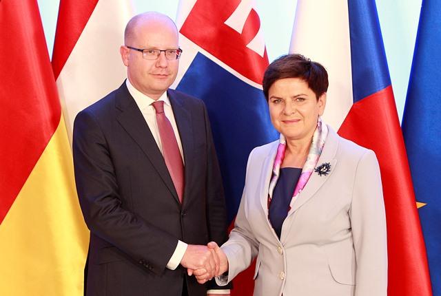 Na snímke poľská premiérka Beata Szydlová (vpravo) víta českého predsedu vlády Bohuslava Sobotku