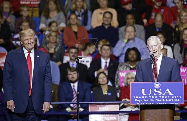 Novozvolený americký prezident Donald Trump (vľavo)  a jeho kandidát na post ministra obrany generál James Mattis