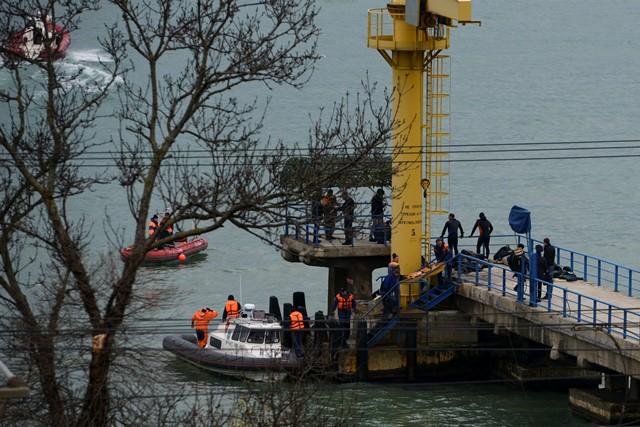 Ruskí záchranári zhromažďujú trosky zrúteného lietadla typu Tu-154