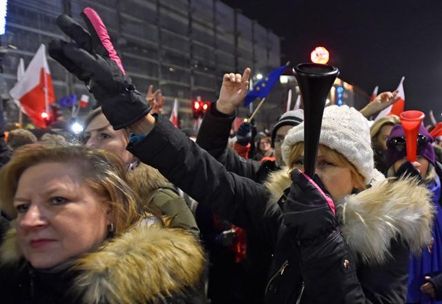 Na snímke demonštrujúci Poliaci
