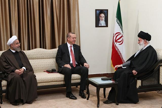 Na snímke uprostred turecký prezident Recep Tayyip Erdogan, vpravo najvyššší iránsky vodca ajatolláh Alí Chameneí a vľavo iránsky prezident Hasan Rúhání počas stretnutia v Teheráne