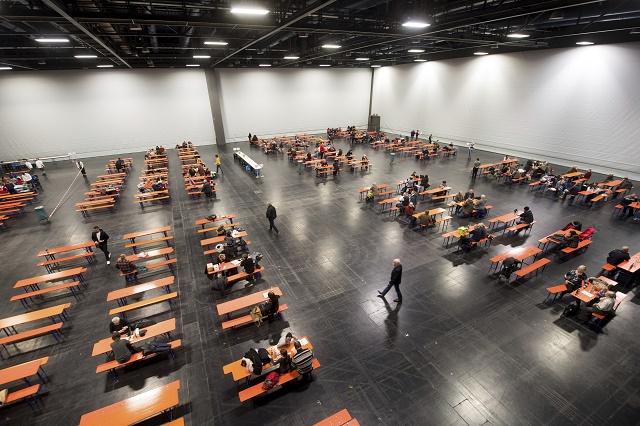 Evakuovaní ľudia čakajú vo výstavnej hale v bavorskom Augsburgu 25. decembra 2016