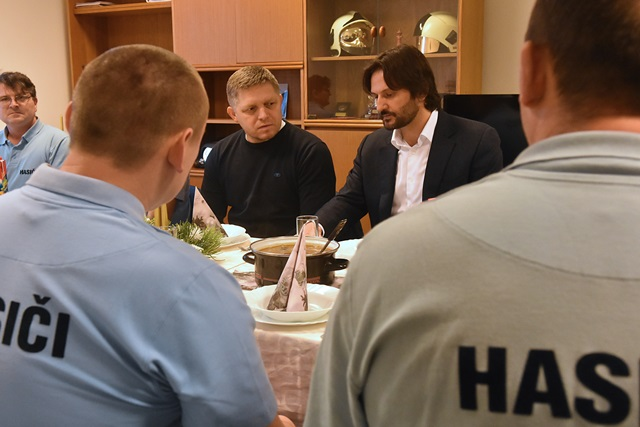 Na snímke predseda vlády Robert Fico a minister vnútra Robert Kaliňák