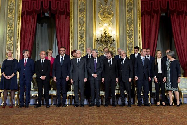 Členovia nového vládneho kabinetu dezignovaného talianskeho premiéra Paola  Gentiloniho pózujú s talianskym prezidentom Sergiom Mattarellom po zložení prísahy v Prezidentskom paláci Quirinale v Ríme