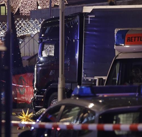 Na snímke poškodené nákladné auto, ktoré zdemolovalo preplnené vianočné trhy 19. decembra 2016 v Berlíne