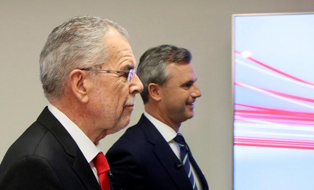 Na snímke rakúski prezidentskí kandidáti Alexander Van der Bellen (vľavo) z  rakúskej strany Zelených a Norbert Hofer z pravicovo-populistickej Slobodnej strany Rakúska (FPÖ)