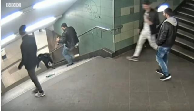 Na snímke z videa muž skopáva ženu dole zo schodov