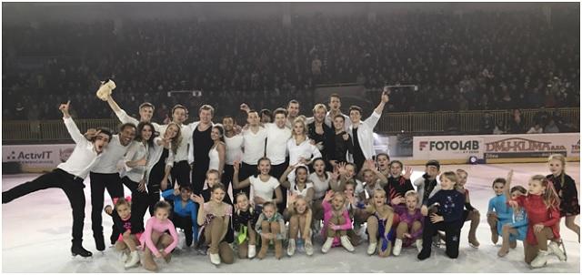 Účinkujúci  krasokorčuliarskej show na žilinskom ľade. Veľkú radosť mali predovšetkým mladí adepti krasokorčuľovania z domáceho Kraso klubu Žilina.