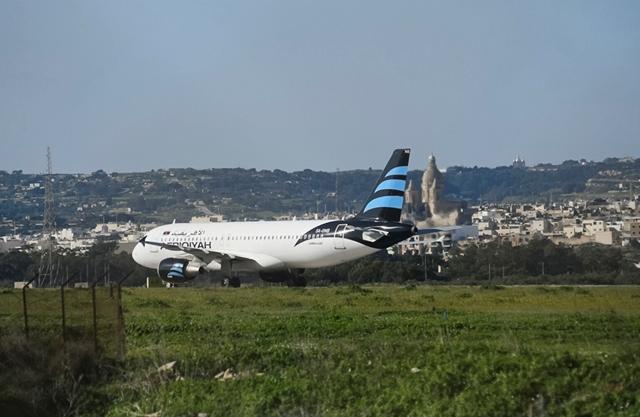 Na snímke unesené lietadlo líbyjskej spoločnosti Afriqiyah Airways