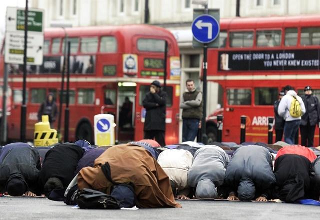 Ilustračná snímka: Moslimovia sa modlia na ulici pred centrálnou mešitou v severnom Londýne
