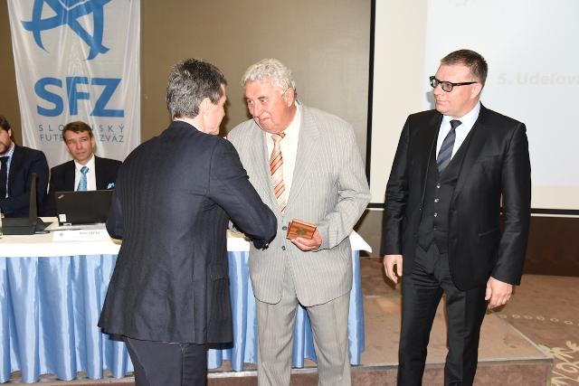 Bronzový odznak SFZ dostal Ján PISÁR v roku 2015 na Konferencii Slovenského futbalového zväzu v Bratislave z rúk generálneho sekretára SFZ Ing. Jozefa Klimenta a prezidenta SFZ Jána Kováčika (na snímke prvý sprava).